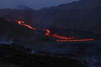 Fliessende Lava -Nachtaufnahme