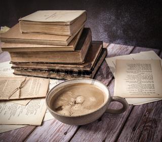 Kaffee und alte Bücher