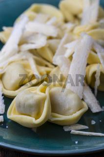 Tortellini mit Parmesan auf einem Teller