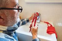 Heimwerker als DIY Klempner im Badezimmer