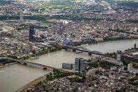 Köln am Rhein mit Hauptbahnhof und Dom.