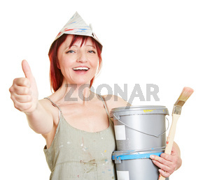 Lachelnde Malerin hält Daumen hoch