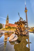 Der Neptunbrunnen am Alexanderplatz in Berlin bei Sonnenaufgang