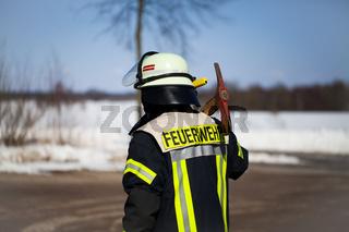 Feuerwehr Einsatz Feuerwehrmann mit Axt