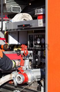 Feuerwehr Feuerwehrmann bedient das Löschfahrzeug