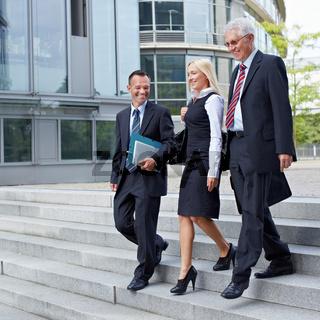 Geschäftsleute gehen zu Fuß
