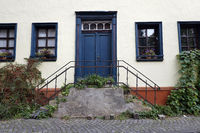 Freitreppe an einem alten Wohnhaus im Ortskern von Kommern