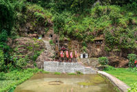 Die Felsengräber und Galerien mit Tau-Tau von Lemo sind eine Hauptattraktion in Tana Toraja