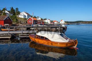 Hafen mit Boot auf der Insel Merdø in Norwegen