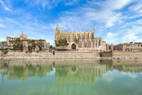 Kathedrale La Seu von Palma de Mallorca und dem Königspalast La Almudaina mit dem Parc de la Mar