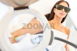 Junge Frau mit Schutzbrille bei der Laserepilation