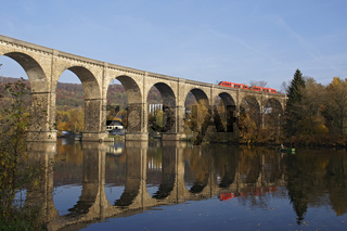Eisenbahnbrücke Ruhr-Viadukt über den Hartkortsee, Herdecke, Deutschland