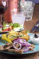 griechisches Gyros mit Salat und Ouzo