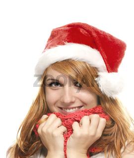 portrait einer lachenden rothaarigen frau mit nikolausmütze