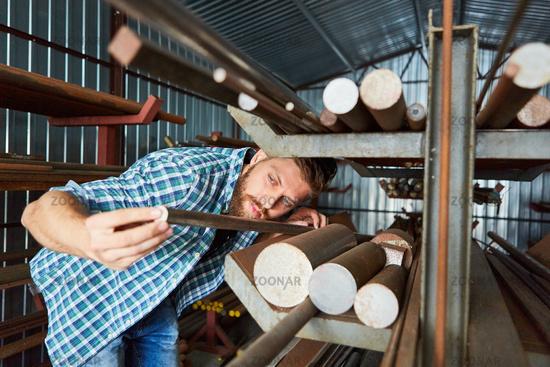 Lagerist kontrolliert Qualität im Materiallager der Fabrik