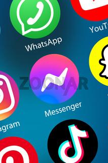 Facebook Messenger Logo soziale Medien Icon soziales Netzwerk im Internet Hintergrund Hochformat
