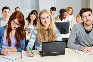 Studenten lernen im Seminar mit Computer