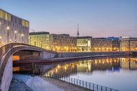 Früh am Morgen an der Spree in Berlin
