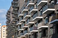 Modernes graues Mehrfamilienhaus aus Backsteinen