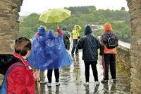 Spanien: Jakobspilger im Regen in Portomarin