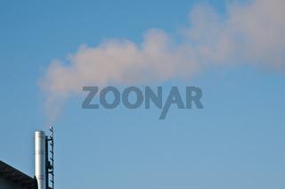 Rauch aus einem Schornstein eines Heizkraftwerkes