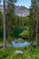 Sommermorgen am Karersee vor dem Latemar, Dolomiten, Suedtirol