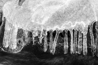 Eisformationen an einem Bach, Finnskogen, Hedmark, Norwegen