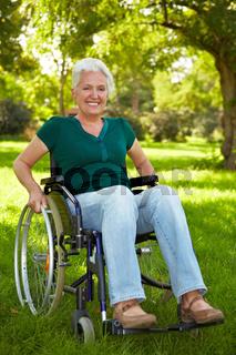 Rollstuhlfahrerin im Park