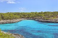 Punta de Sa Guardia mit Blick auf die die Caló des Borgit im Parc natural de Mondragó . Die Caló des Borgit ist eine Bucht im Osten der Baleareninsel Mallorca. Die Caló des Borgit gehört zum Gebiet der Gemeinde Santanyí