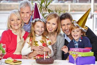 Glückliche Familie feiert zusammen Geburtstag