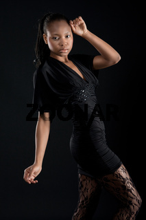 Schoene afrikanische Frau in schwarzem Kleid vor schwarz. Junge farbige in schwarz. Sexy Mode *** Beautiful African woman in black dress in front of black,  young black beauty woman. Sexy Fashion.