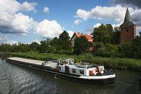 Frachtschiff auf dem Kanal in Berkentin
