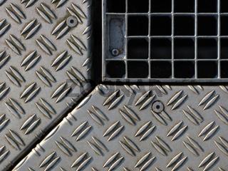 Blechplatten und Gitterrost