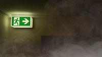 Notausgang zeigt Fluchtweg bei Rauch und Feuer