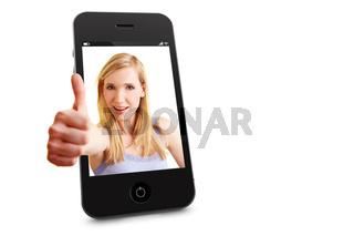 Frau im Handy hält Daumen hoch