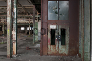 Fabrikhalle mit Aufzug