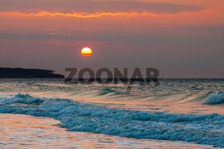 Sonnenuntergang an der Küste der Ostsee bei Warnemünde