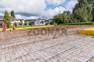 Baustelle mit Stahlgitter für Betonfundament - Bauindustrie