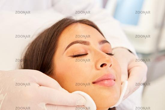 Professionelle Hautreinigung mit Wattepads