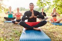 Gruppe Freunde bei einer Yoga Meditation