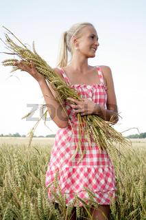 Junge Frau im Kornfeld