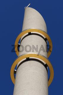Minarett der Kölner Moschee mit den zwei goldenen Ringen