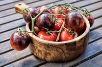 tomaten und cocktailtomaten in einer holzschale