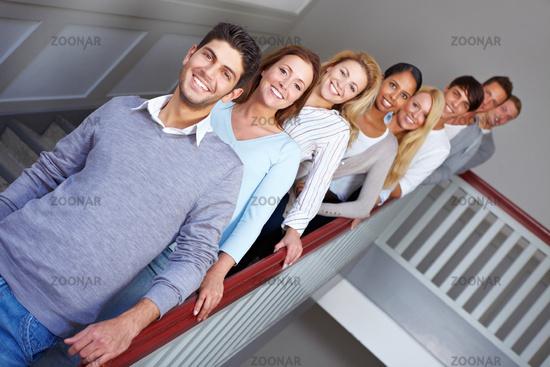 Junge Menschen in einer Reihe