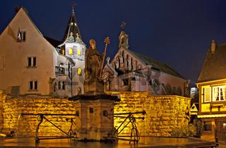 Dorfbrunnen bei Nacht