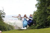 Frauen springend im Abendkleid