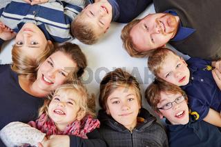 Kinderreiche Familie liegt im Kreis