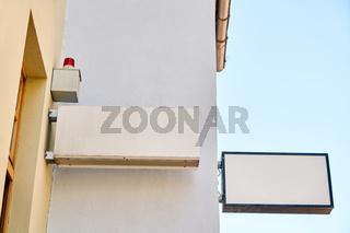 Zwei Schilder an Büro Gebäude als Mock-up Template