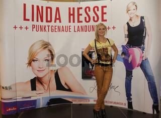 Sängerin Linda Hesse während einer Autogrammstunde 03.09.2013 in Schönebeck/Elbe