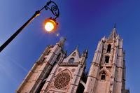 Spanien: Kathedrale von Leon bei Nacht
